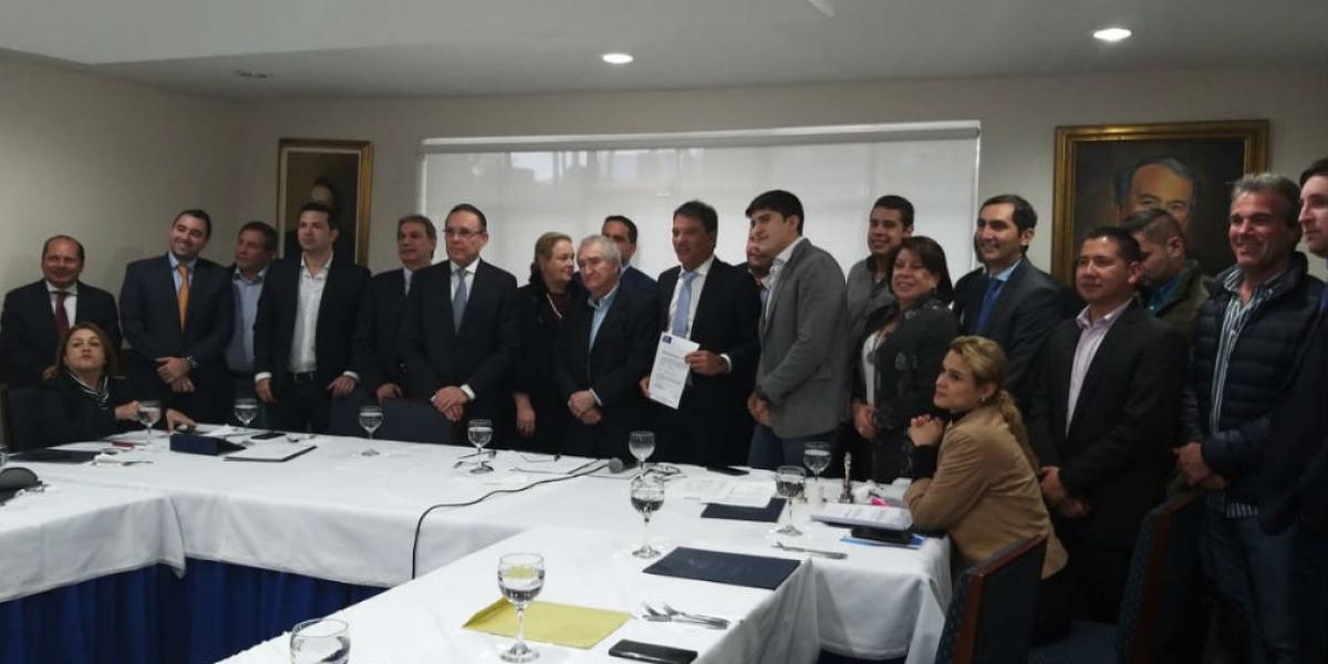 Juan Carlos Palacio recibiendo el aval Conservador