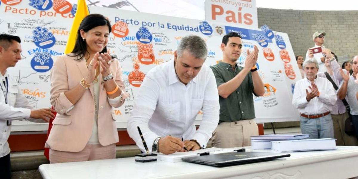 El presidente Iván Duque firmó este sábado la Ley que establece el Plan Nacional de Desarrollo.