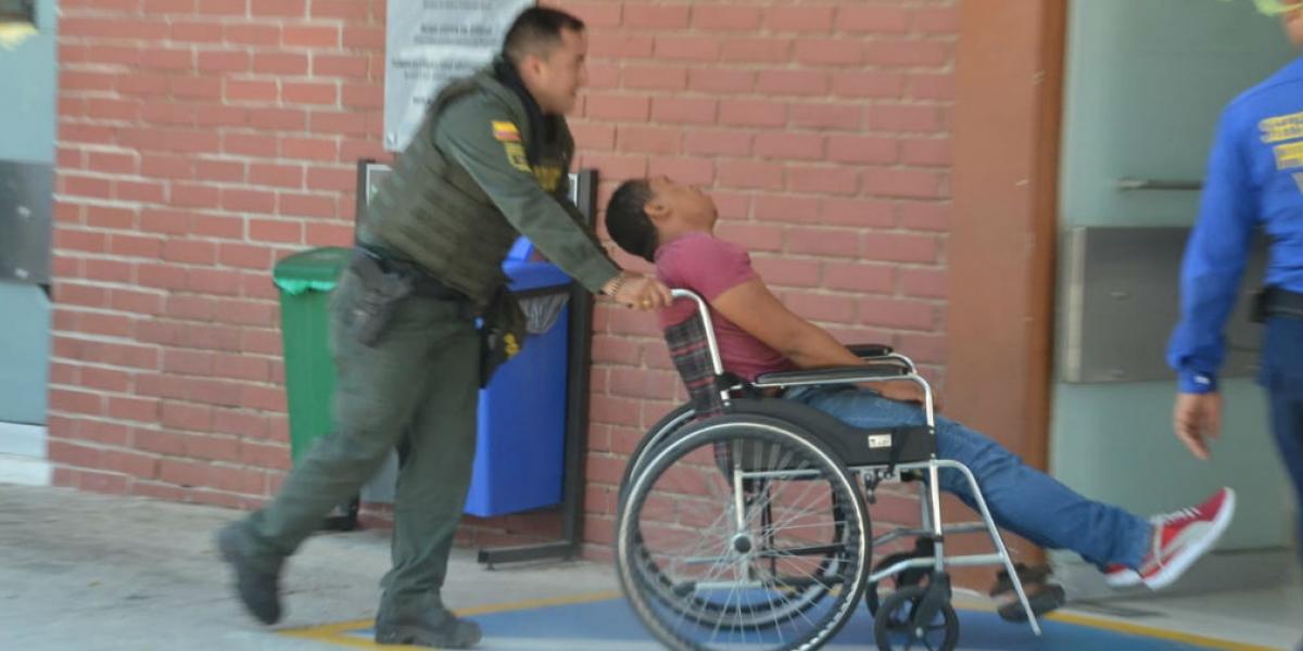 Momentos en que el taxista es ingresado al Hospital Universitario Julio Méndez Barreneche.
