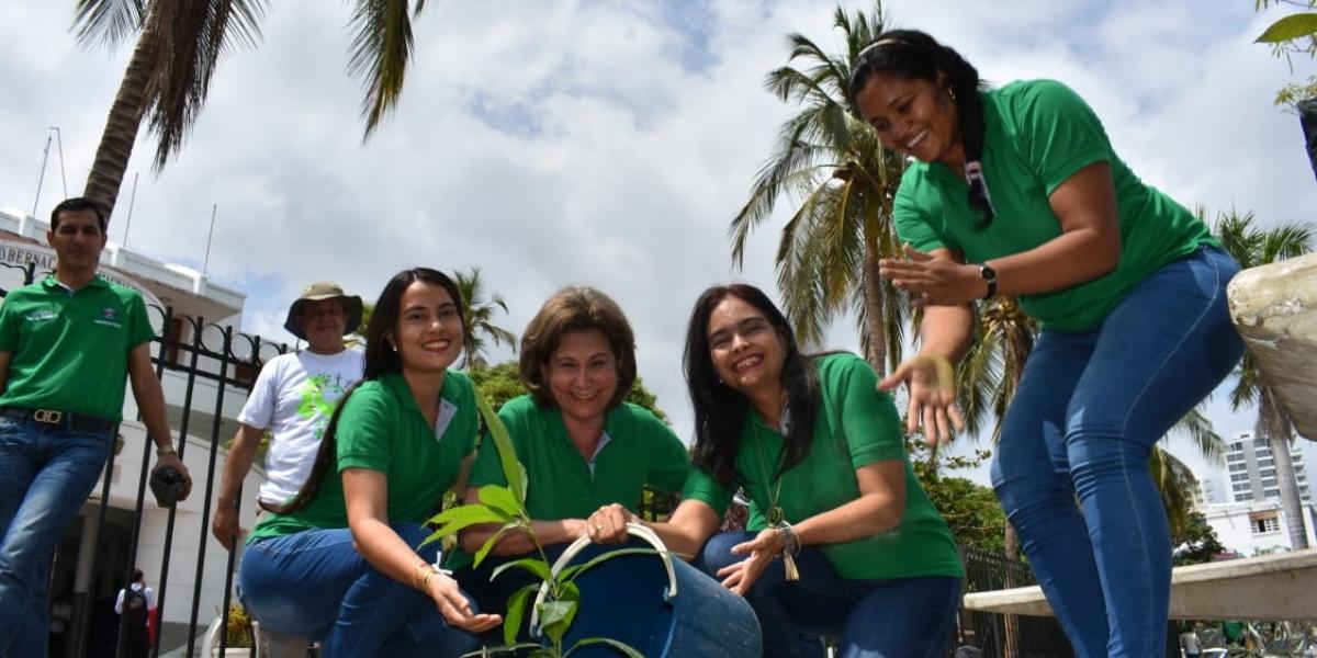 La Gobernación del Magdalena lidera la siembra de árboles frutales en sus alrededores.
