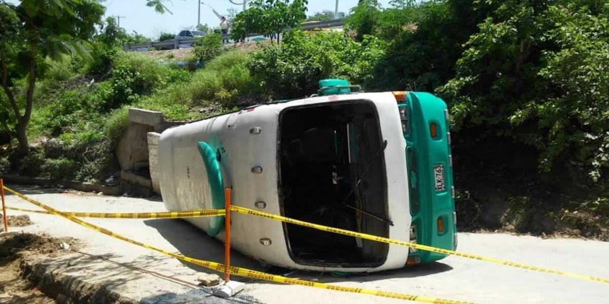 Bus se volcó en el sector de Las Terrazas de Barranquilla