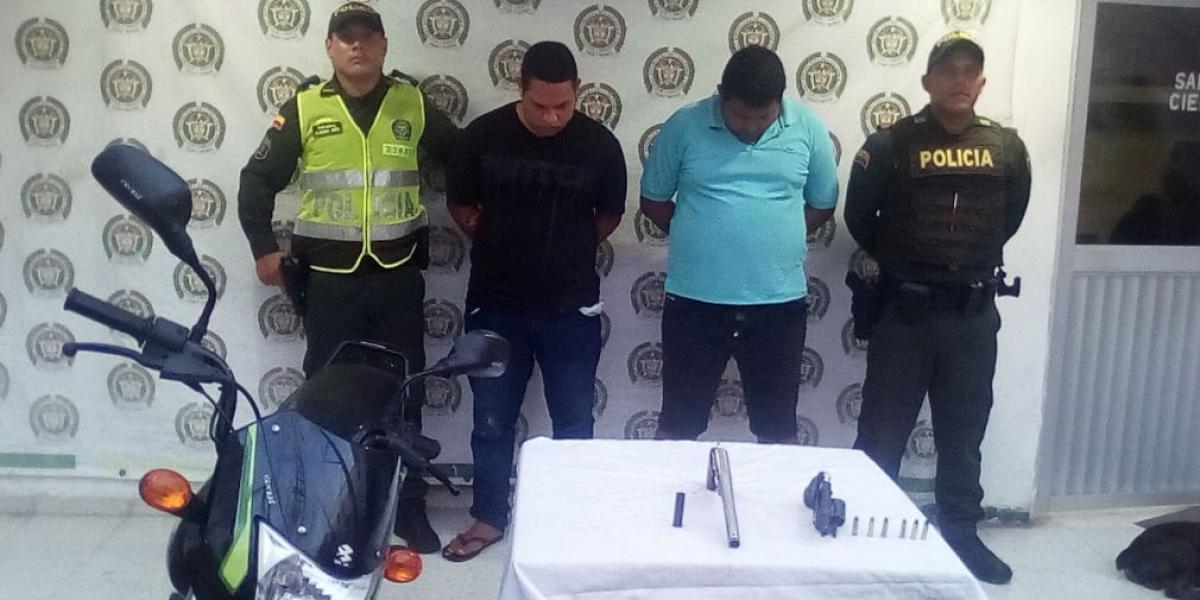 Sujetos capturados por el presunto robo de una motocicleta.