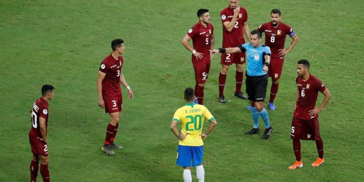 Momento en el que le anularon el gol a Roberto Firmino.