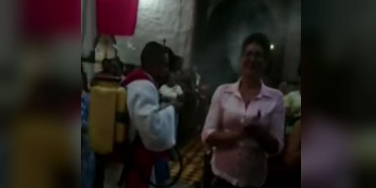 Sacerdote causa furor con insólita técnica para echar agua bendita — Facebook viral