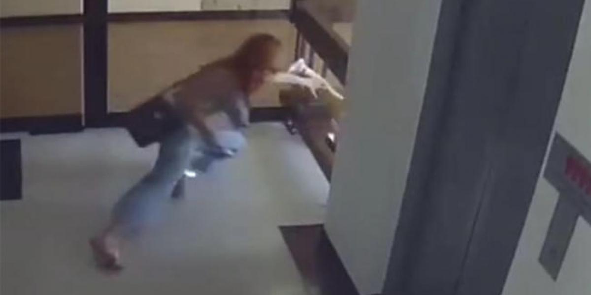 Por una pierna, madre salva a hijo de caer al vacío