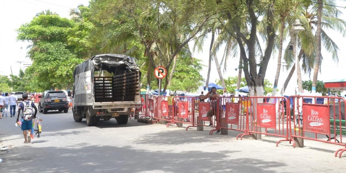 Este viernes se instalaron vallas en el camellón de El Rodadero.
