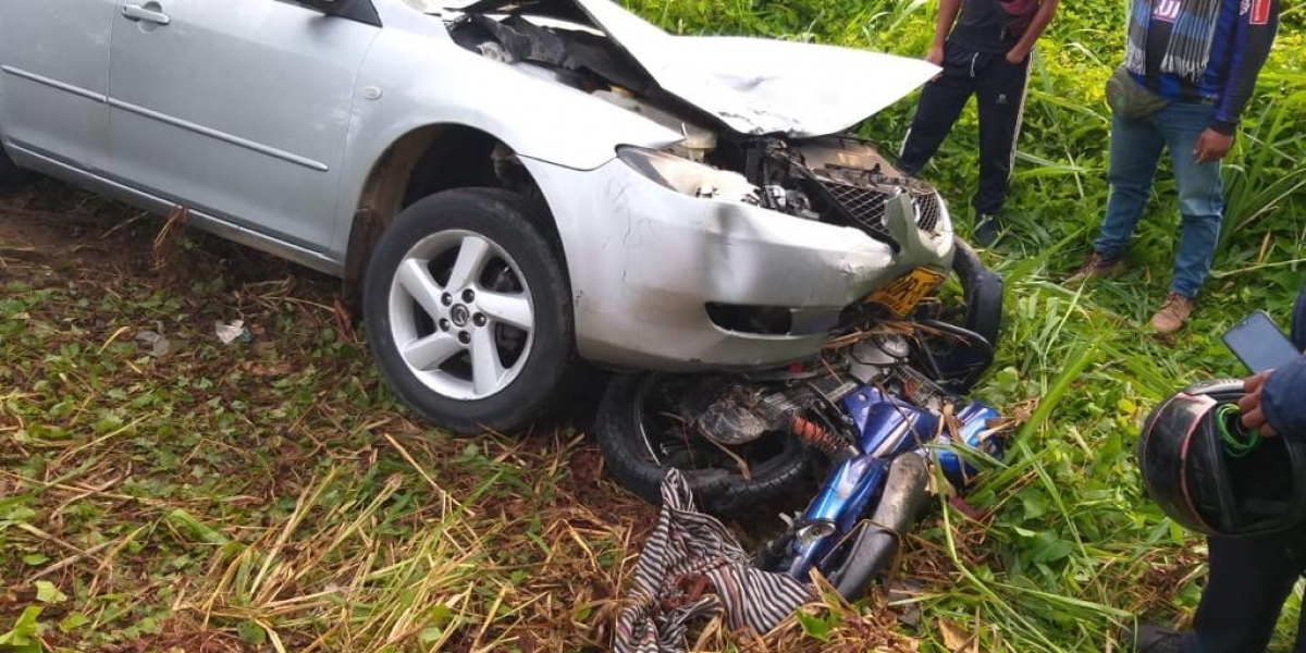 La motocicleta quedó debajo del vehículo Mazda 6.