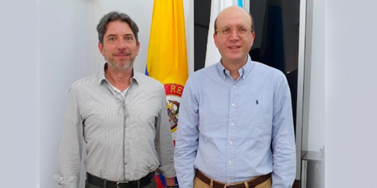 El director (e) del Archivo General de la Nación (AGN), Jorge Cachiotis, y el alcalde (e) de Santa Marta, Andrés Rugeles.