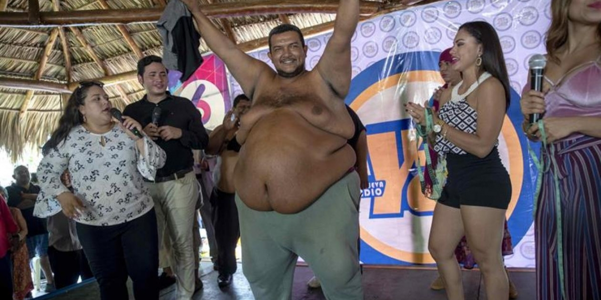 """Rolando Javier Mena Salablanca (c), de 44 años, celebra luego de ganar el concurso """"Papá Panzón"""" este viernes en Managua (Nicaragua)."""