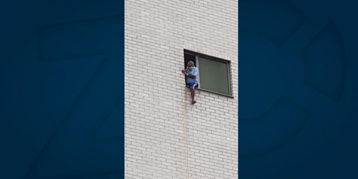 Se asomó en la ventana para hacer visible su desesperación.