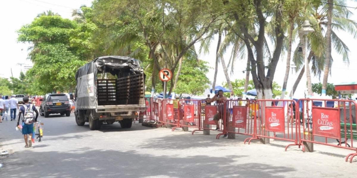 Ni las vallas que colocaron han podido controlar la informalidad y los hurtos en esta zona turística.