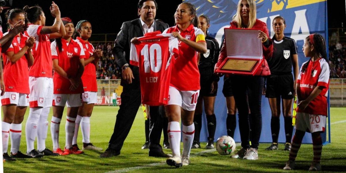 Homenaje a Leicy Santos en su último partido con Santa Fe.