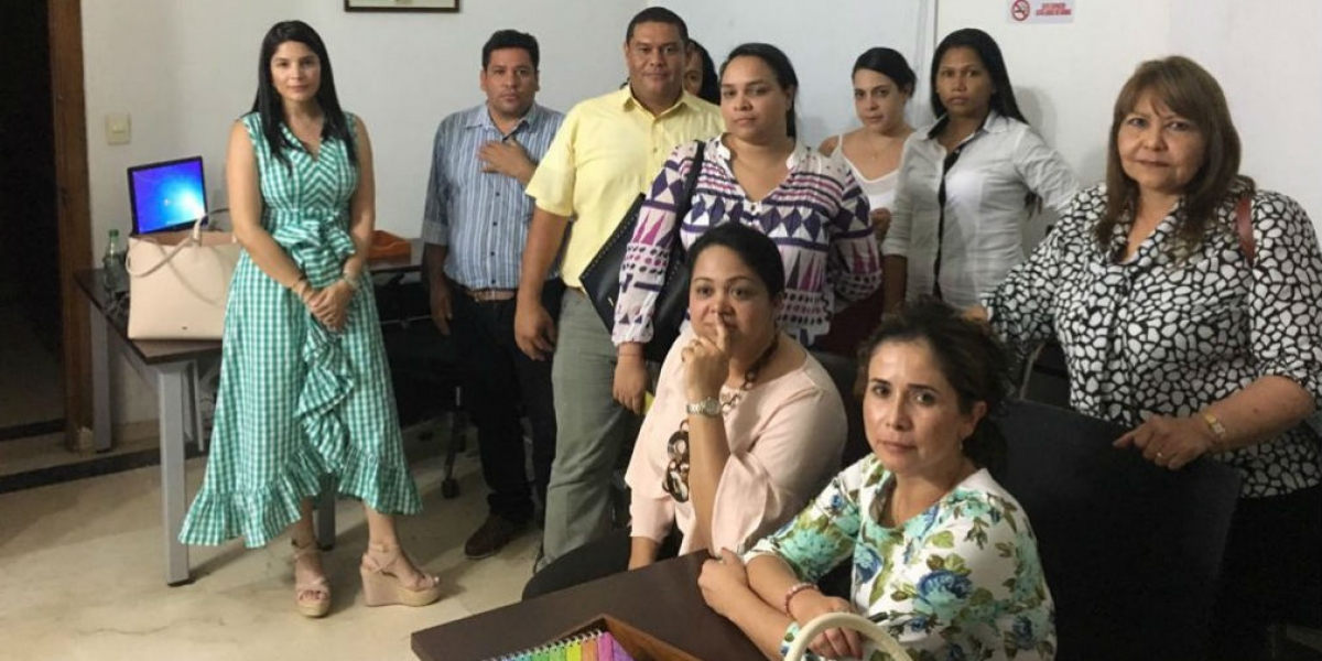 Esta decena de contratistas denunció que no podían salir de la Alcaldía.