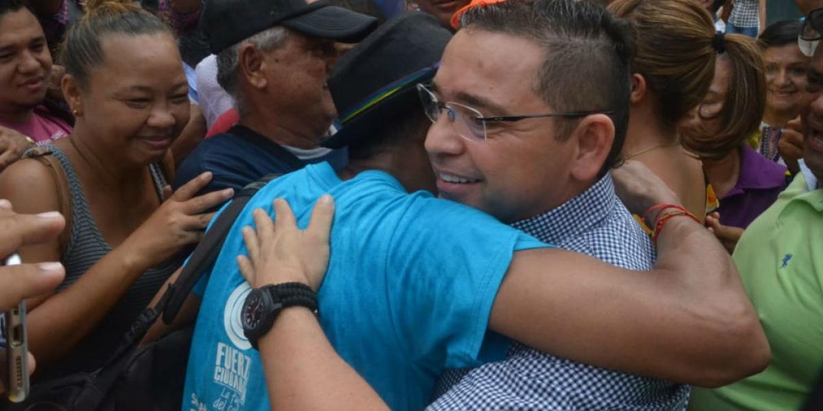 Rafael Martínez fue recibido por simpatizantes y exfuncionarios de la Alcaldía.