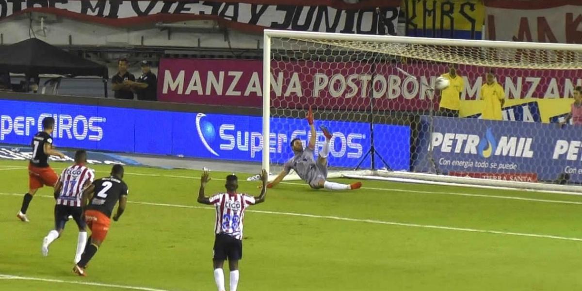El argentino Matías Pisano cobrando el tiro penal que le dio el triunfo al América de Cali.