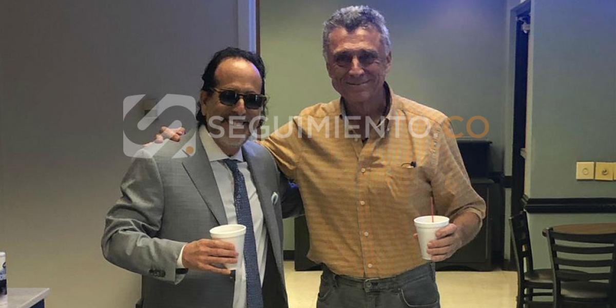 Camilo Dávila (derecha) celebra junto a su abogado el haber recuperado la libertad.