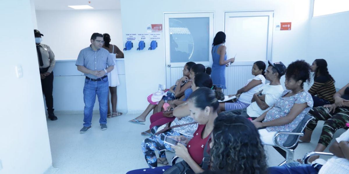 Martínez visitó el centro de salud de La Paz.