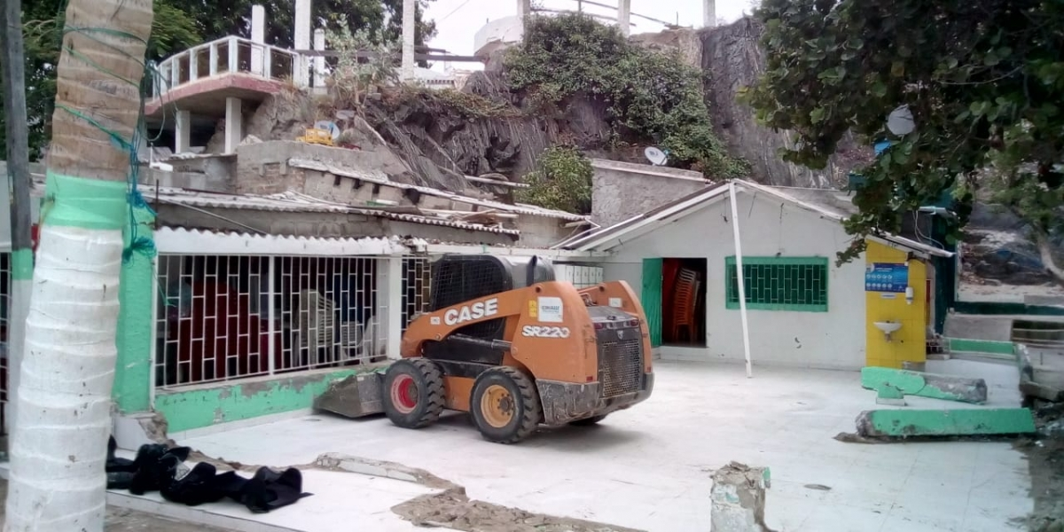 Demolición de restaurante en sector de Mi Ranchito.