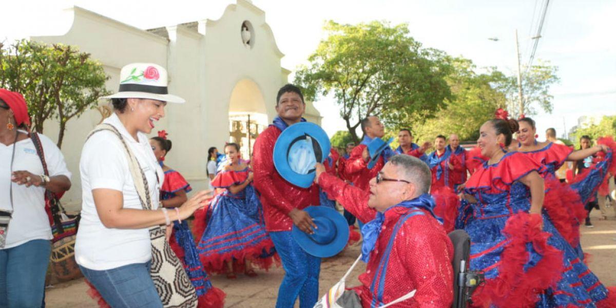Desfile Folclórico en El Banco, con la participación de funcionarios de la Gobernación