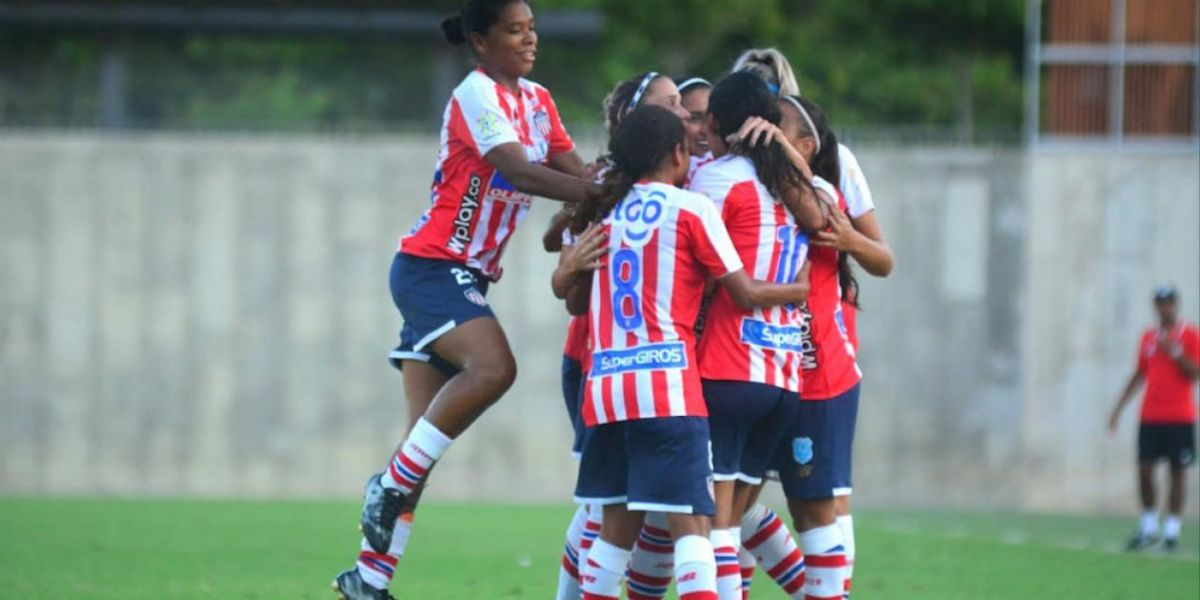Las Tiburonas celebrando el gol de Yoreli Rincón.