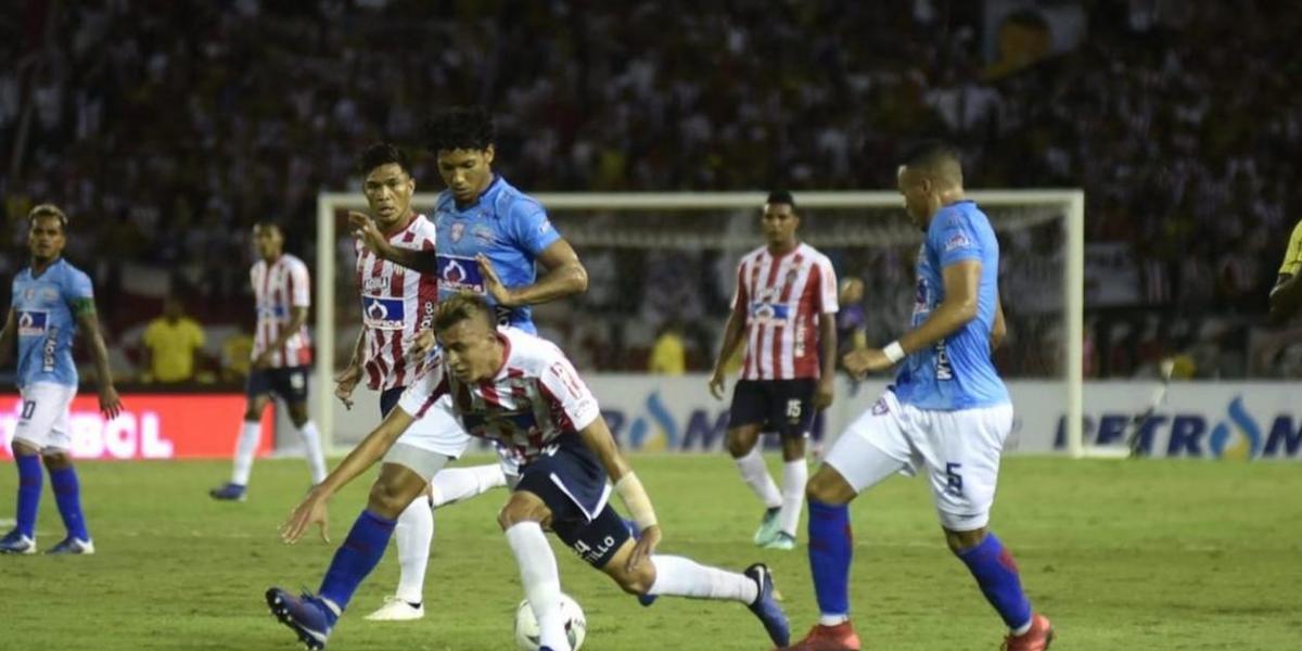 Marlon Piedrahita y Luis 'Cariaco' González neutralizando un ataque visitante al inicio del partido.