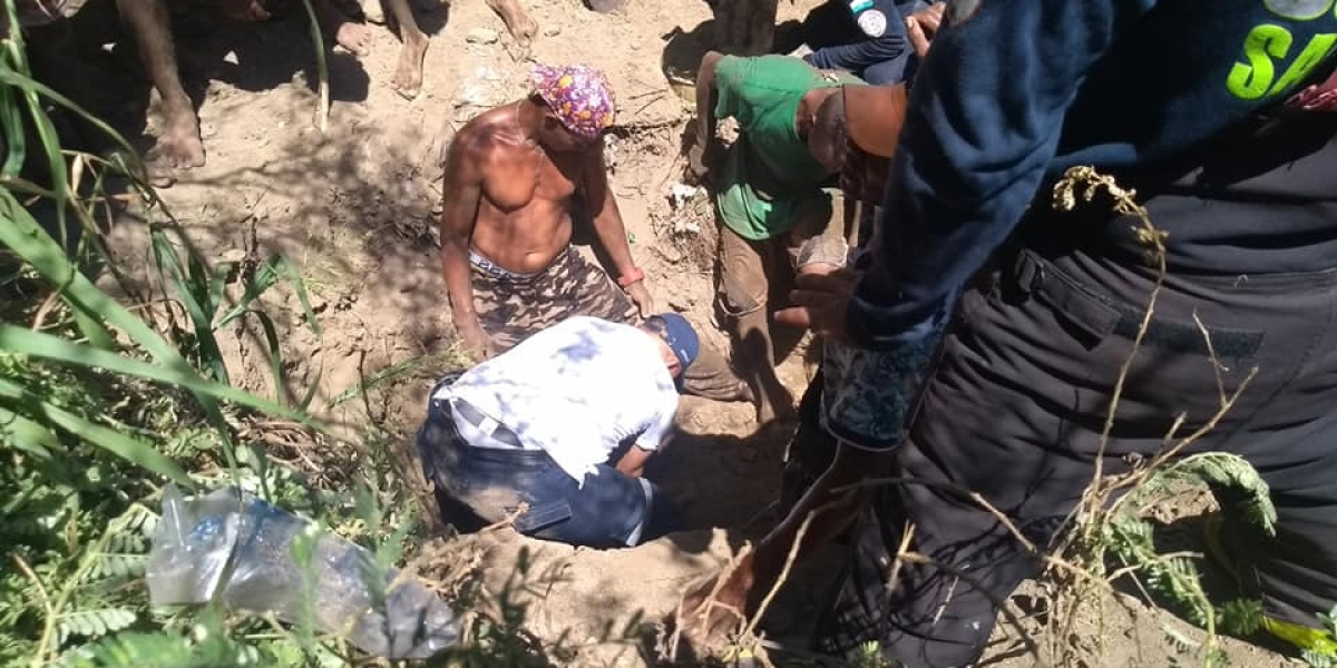 voluntarios de los organismos de socorro y la comunidad lo rescataron.