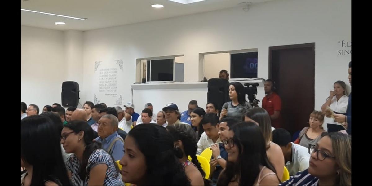 Momento en que la joven estudiante Andrea Castaño critica la mecánica del 'debate'.