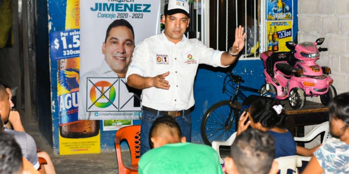 El candidato reunido con simpatizantes de su campaña.