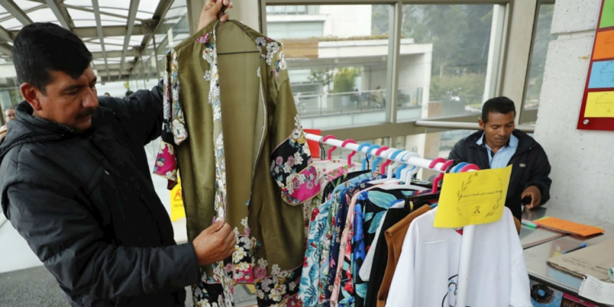 Exguerrilleros preparando las prendas para la 'Pazarela'.
