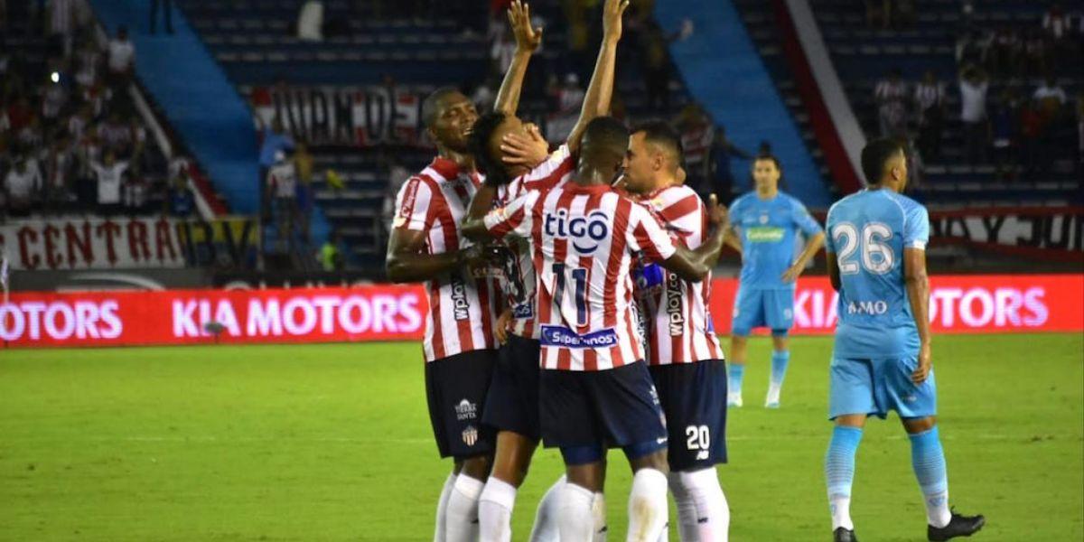 Luis Sandoval celebrando el segundo gol de los junioristas.