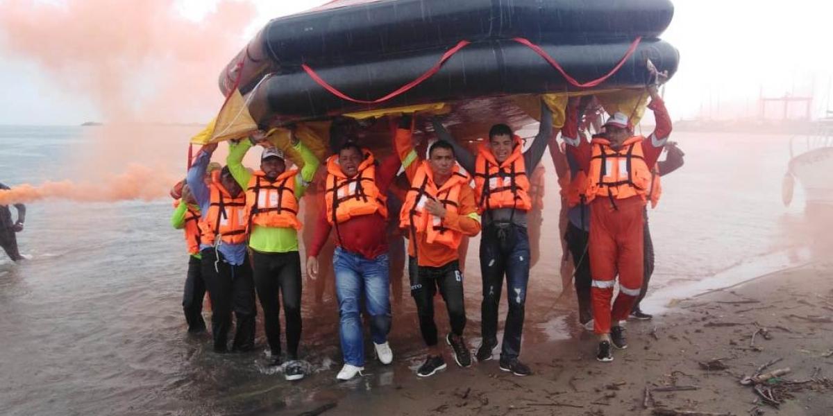 Parte de la capacitación incluyó supervivencia en el mar.