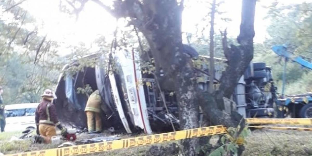 Así quedó el bus tras el accidente.