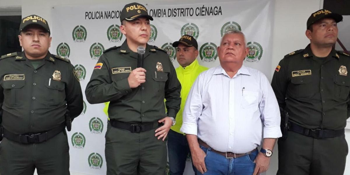Comandante entrante de la Policía de Santa Marta, Óscar Solarte y Luis Tete, alcalde de Ciénaga.