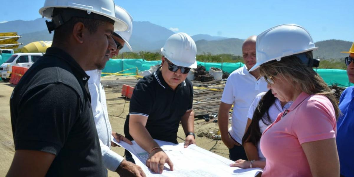 Alcaldesa Virna Johnson durante el recorrido en las obras.