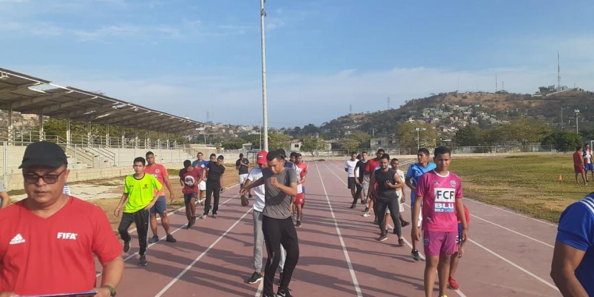 Más de 250 ciudadanos de diferentes regiones del país se dieron cita en la cancha de fútbol de la Alma Mater.