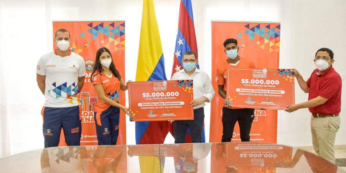 Estrella Lobo y Arnovis Dalmero recibiendo el apoyo económico de la Gobernación.