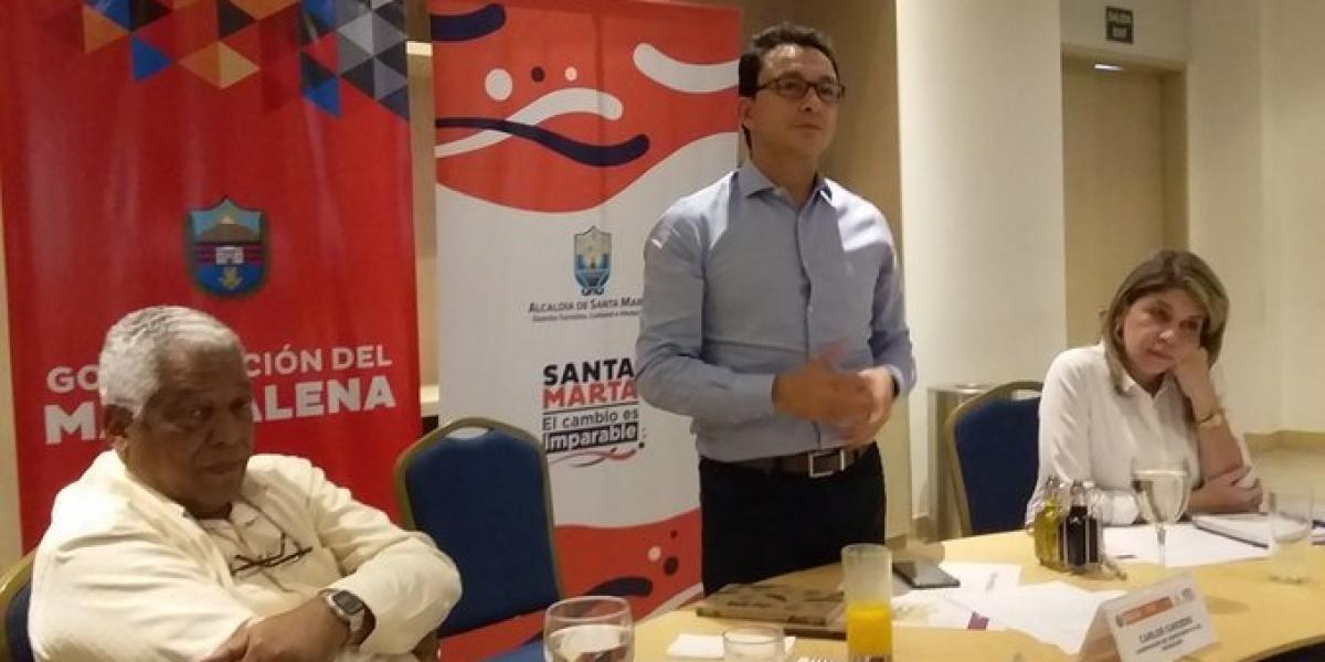 Reunión de Carlos Caicedo y Virna Johnson con el embajador de Cuba en Colombia (izq).