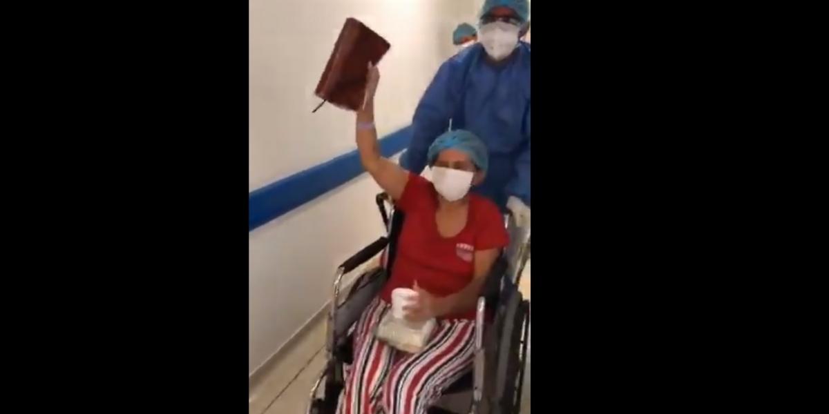 Momento en que la mujer sale del hospital.