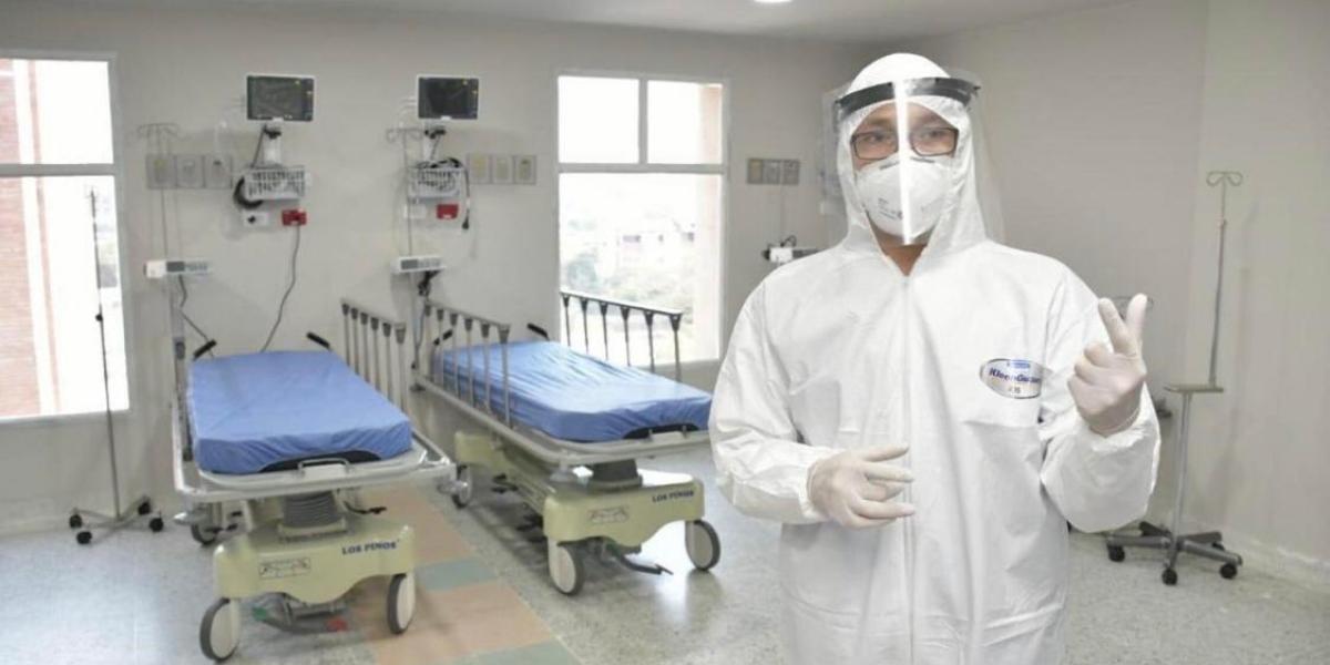 Este traje que portó el gobernador del Magdalena es el que se recomienda para el personal médico, pero que no está disponible.
