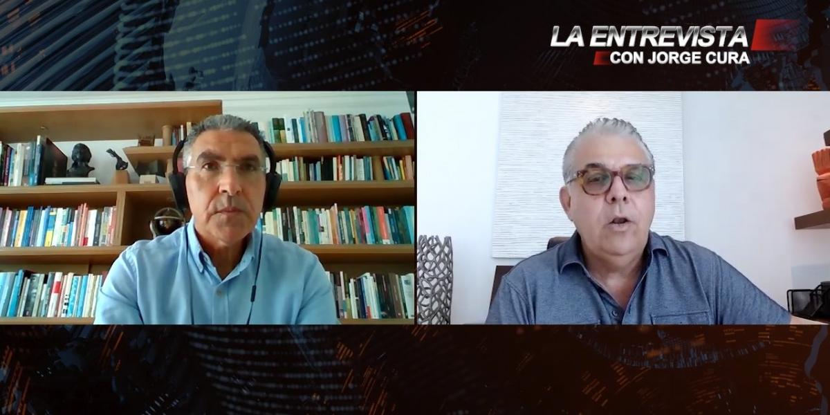 Jorge Cura (izq) entrevista al empresario Edgardo Jaramillo.