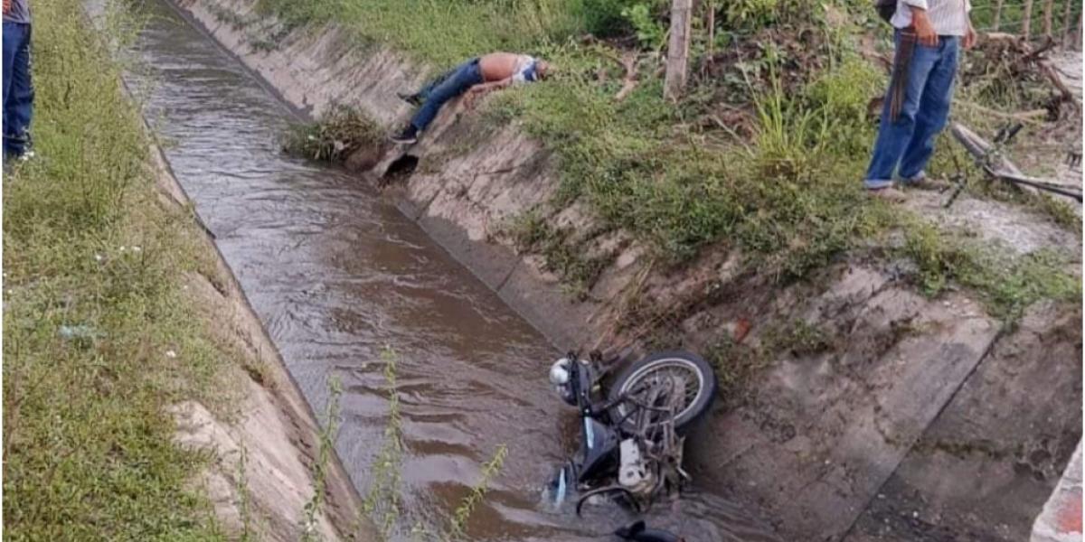 El cuerpo y la moto fueron a parar al caño.