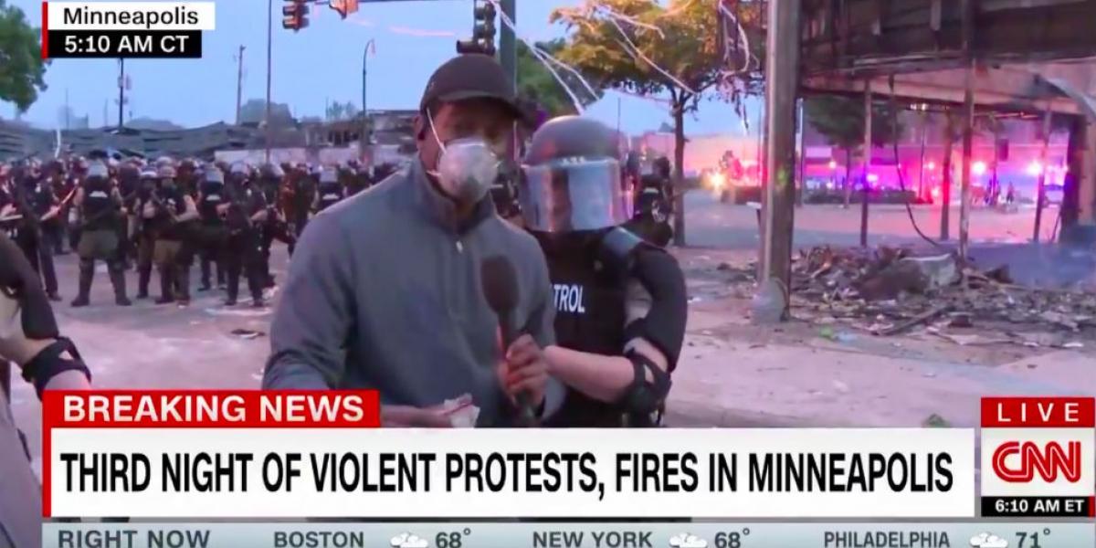 Momento en el que el Periodista es sorprendido por el arresto.