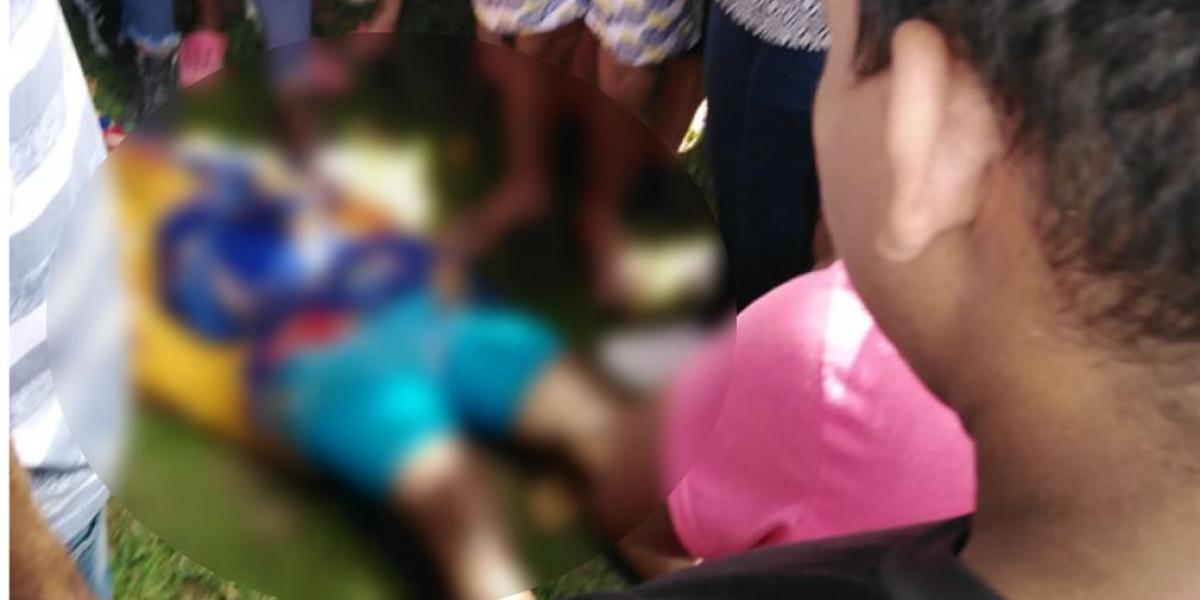 Curiosos se acercaron a ver el cuerpo sin vida del joven asesinado.