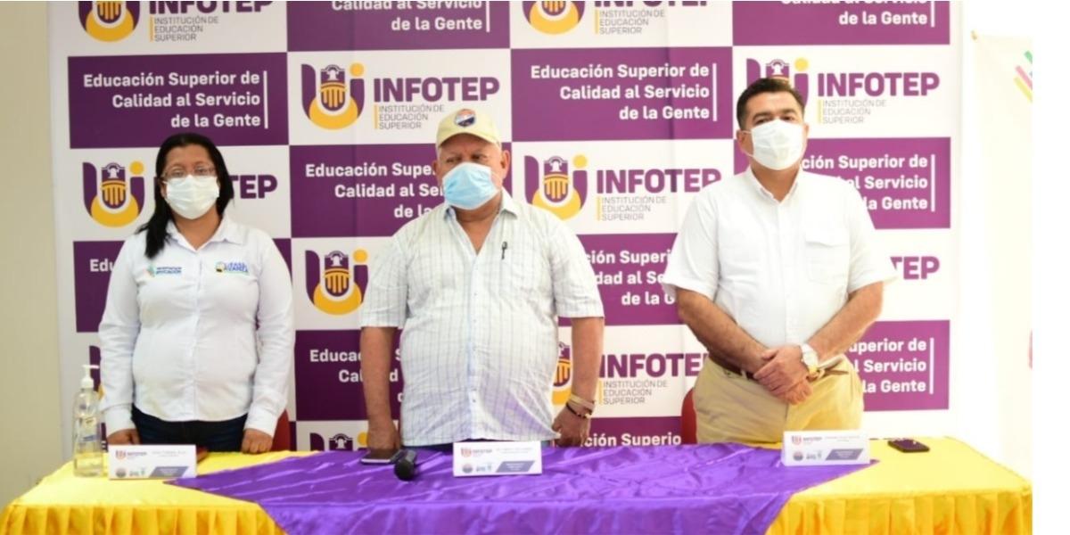 El alcalde de Ciénaga, Luis Alberto Tete Samper; el rector del Infotep Leonardo Pérez Suescún y la secretaria de Educación, Karen Villafaña
