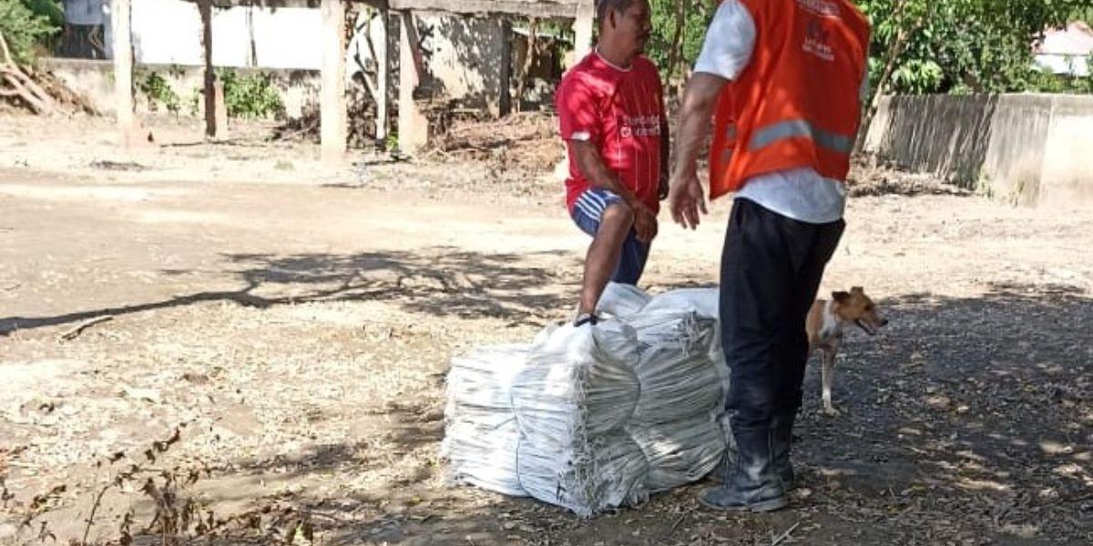 Durante el recorrido entregaron más de 2000 sacos para ser utilizados como muros de contención y así evitar que el agua siga desbordándose.
