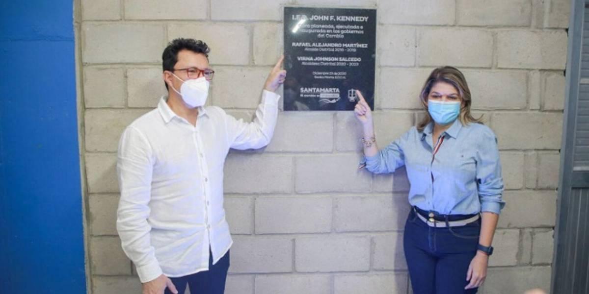 Carlos Caicedo y Virna Johnson, inaugurando una obra.