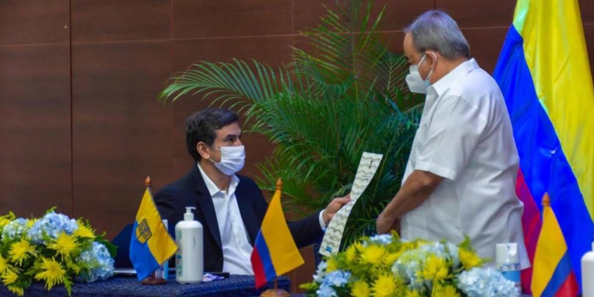 Entrega de la distinción a la Sergio Arboleda.