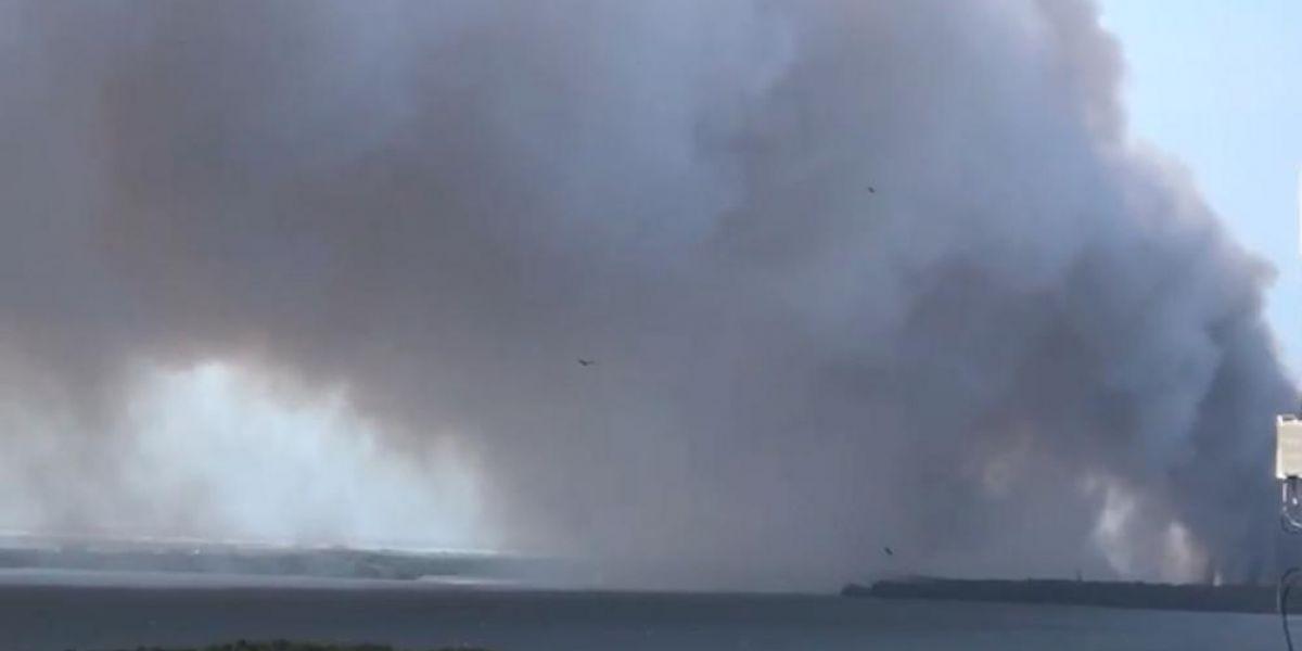 Impresionante columna de humo ocasionada por el incendio.