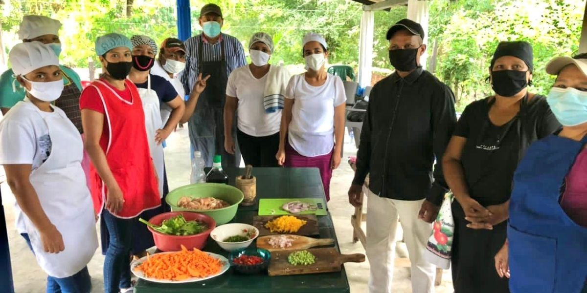 Cocina con pobladores de la Sierra Nevada.