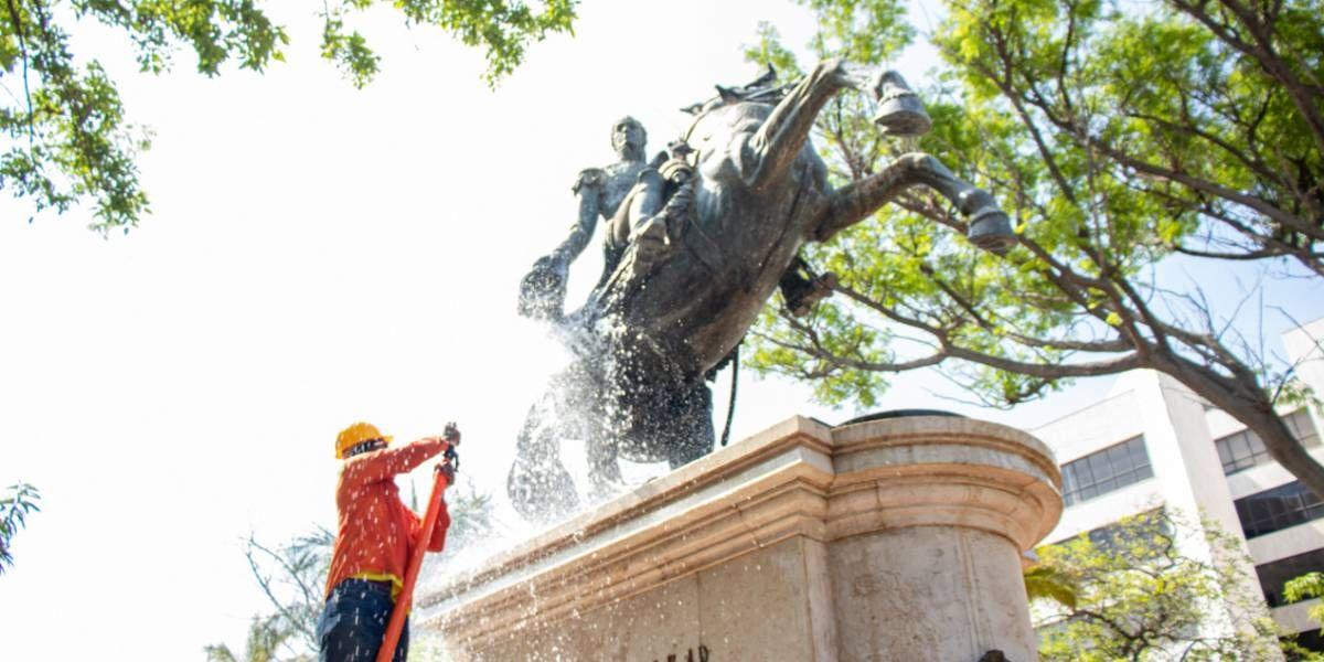 Limpieza al monumento de Simón Bolívar.
